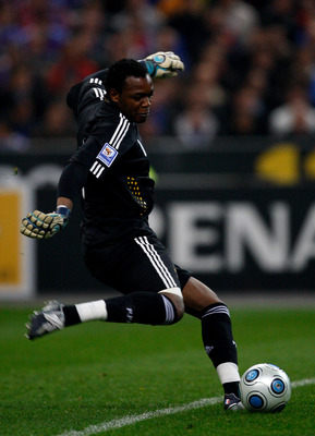 PARIS - APRIL 01:  France goalkeeper Steve Mandanda in action during the group 7 FIFA2010 World Cup Qualifier between France and Lithuania at Saint Denis, Stade de France on April 1, 2009  in Paris, France.  (Photo by Stu Forster/Getty Images)