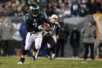 PHILADELPHIA, PA - DECEMBER 02:  Michael Vick #7 of the Philadelphia Eagles runs with the ball against the Houston Texans at Lincoln Financial Field on December 2, 2010 in Philadelphia, Pennsylvania.  (Photo by Jim McIsaac/Getty Images)