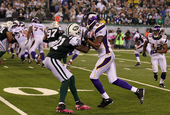 EAST RUTHERFORD, NJ - OCTOBER 11:  Antonio Cromartie #31 of the New York Jets defends against Randy Moss #84 of the Minnesota Vikings at New Meadowlands Stadium on October 11, 2010 in East Rutherford, New Jersey.  (Photo by Jim McIsaac/Getty Images)