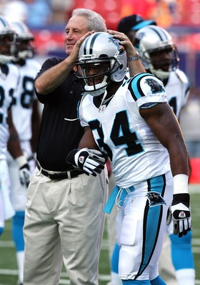 EAST RUTHERFORD, NJ - AUGUST 11:  Head coach John Fox of the Carolina Panthers jokes with his player DeAngelo Williams #34 before playing the New York Giants on August 11, 2007 at Giants Stadium in East Rutherford, New Jersey.  (Photo by Jim McIsaac/Getty
