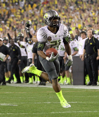 GLENDALE, AZ - JANUARY 10:  LaMichael James #21 of the Oregon Ducks scores on a eight-yard touchdown reception in the second quarter against the Auburn Tigers during the Tostitos BCS National Championship Game at University of Phoenix Stadium on January 1