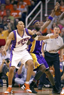PHOENIX - APRIL 23:  Shawn Marion #31 of the Phoenix Suns and Lamar Odom #7 of the Los Angeles Lakers battle for position in game one of the Western Conference Quarterfinals during the 2006 NBA Playoffs on April 23, 2006 at US Airways Arena in Phoenix, Ar