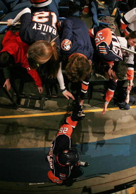UNIONDALE, NY - JANUARY 12:  Fans greet Matt Moulson #26 of the New York Islanders as he walks to the ice before the game against the Detroit Red Wings at the Nassau Coliseum on January 12, 2010 in Uniondale, New York.  (Photo by Bruce Bennett/Getty Image