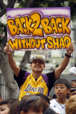 LOS ANGELES, CA - JUNE 21:  Fans cheer for the Los Angeles Lakers during their victory parade for the the NBA basketball champion team on June 21, 2010 in Los Angeles, California. The Lakers beat the Boston Celtics 87-79 in 7 games for the franchise's 16