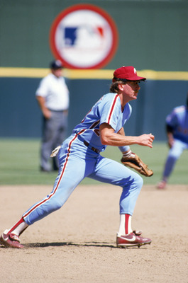 SAN DIEGO - 1987:  Mike Schmidt #20 of the Philadelphia Phillies runs in the infield during a 1987 season game against the Padres at Jack Murphy Stadium in San Diego, California. (Photo by Stephen Dunn/Getty Images)