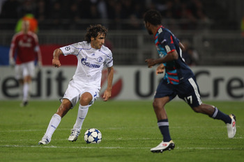 LYON, FRANCE - SEPTEMBER 14:  Raul Gonzalez (l) of Schalke during the UEFA Champions League Group B match between Olympique Lyonnais and FC Schalke 04 at the Stade de Gerland on September 14, 2010 in Lyon, France.  (Photo by Michael Steele/Getty Images)