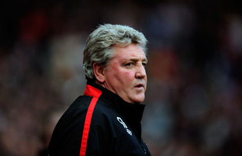 SUNDERLAND, ENGLAND - JANUARY 16: Sunderland manager Steve Bruce looks on before the Barclays Premier League match between Sunderland and Newcastle United at Stadium of Light on January 16, 2011 in Sunderland, England.  (Photo by Stu Forster/Getty Images)