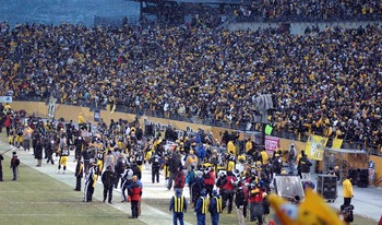 2009nflplayoffs-chargersatsteelers011109-steelerssidelineandcrowd_display_image