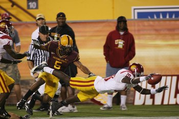 TEMPE, AZ - NOVEMBER 7:  Wide receiver Damian Williams #18 of the USC Trojans dives for the endzone with the ball on a 75 yard touchdown reception against Terell Carr #5 of the Arizona State Sun Devils in the third quarter on November 7, 2009 at Sun Devil