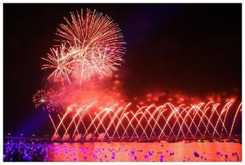 2637749-dazzling_display_of_pyrotechnics_over_marina_bay-singapore1_display_image
