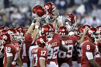 GLENDALE, AZ - JANUARY 01:  Oklahoma Sooners huddle before taking on the Connecticut Huskies in the Tostitos Fiesta Bowl at the Universtity of Phoenix Stadium on January 1, 2011 in Glendale, Arizona.  (Photo by Ronald Martinez/Getty Images)