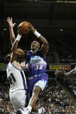 SACRAMENTO, CA - APRIL 30:  Karl Malone #32 of the Utah Jazz shoots past Vlade Divac #21 of the Sacramento Kings in Game five of the Western Conference Quarterfinals during the 2003 NBA Playoffs at Arco Arena on April 30, 2003 in Sacramento, California.