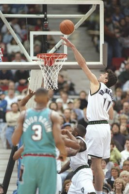 6 Feb 1997:  Stojko Vrankovic of the of the Minnesota Timberwolves shoots the ball as guard Shareef Abdur-Rahim of the Vancouver Grizzlies watches during a game at the Target Center in Minneapolis, Minnesota.  The Timberwolves won the game 103-86. Mandato