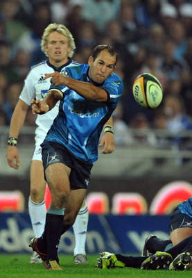 SOWETO, SOUTH AFRICA - MAY 29: Fourie du Preez of the Bulls gets the ball away from the ruck during the Super 14 final match between Vodacom Bulls and Vodacom Stormers from Orlando Stadium on May 29, 2010 in Soweto, South Africa. (Photo by Duif du Toit/Ga