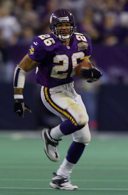06 Jan 2001:  Running back Robert Smith #26 of the Minnesota Vikings runs against the New Orleans Saints at the Metrodome in Minneapolis, Minnesota.   The Vikings won 34-16 to advance to the NFC Championship.  < DIGITAL IMAGE> Mandatory Credit: Brian Bahr