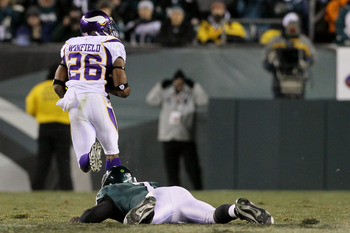 PHILADELPHIA, PA - DECEMBER 28: Antoine Winfield #26 of the Minnesota Vikings returns a fumble for a touchdown against Michael Vick #7 of the Philadelphia Eagles in the first half at Lincoln Financial Field on December 28, 2010 in Philadelphia, Pennsylvan