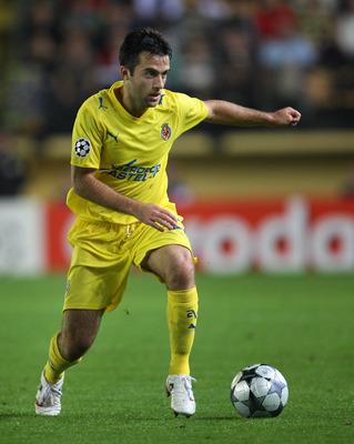 VILLARREAL, SPAIN - OCTOBER 21:  Giuseppe Rossi of Villarreal runs with the ball during the UEFA Champions League Group E match between Villarreal and Aalborg at the El Madrigal stadium on October 21, 2008 in Villarreal, Spain. Villarreal won the match 6-