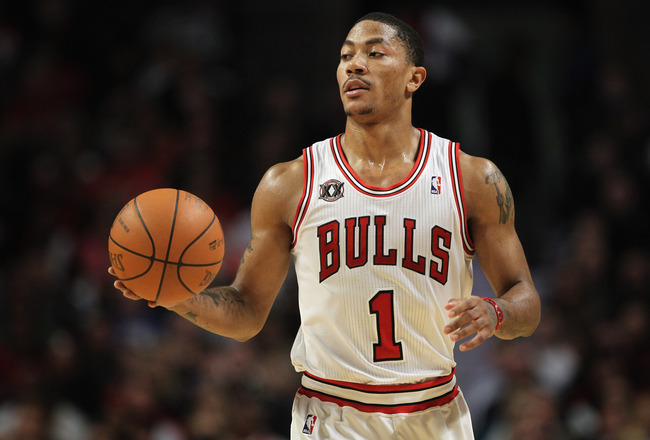 CHICAGO, IL - JANUARY 15:  Derrick Rose #1 of the Chicago Bulls brings the ball upcourt against the Miami Heat at the United Center on January 15, 2011 in Chicago, Illinois. NOTE TO USER: User expressly acknowledges and agrees that, by downloading and or