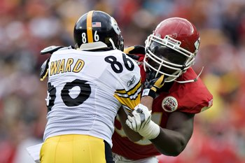 KANSAS CITY, MO - NOVEMBER 22:  Wide receiver Hines Ward #86 of the Pittsburgh Steelers and linebacker Tamba Hall #91 of the Kansas City Chiefs get in a scuffle at Arrowhead Stadium on November 22, 2009 in Kansas City, Missouri.  The Chiefs defeated the S