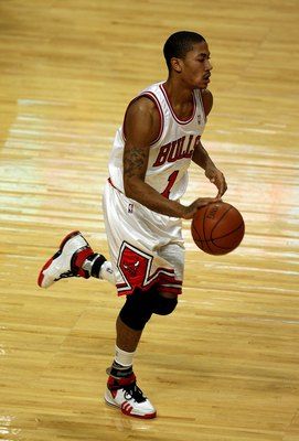 CHICAGO - DECEMBER 17: Derrick Rose #1 of the Chicago Bulls brings the ball upcourt against the Los Angeles Clippers on December 17, 2008 at the United Center in Chicago, Illinois. NOTE TO USER: User expressly acknowledges and agreees that, by downloading
