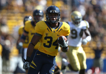BERKELEY, CA - OCTOBER 09:  Shane Vereen #34 of the California Golden Bears runs against the UCLA Bruins in the first half at California Memorial Stadium on October 9, 2010 in Berkeley, California.  (Photo by Jed Jacobsohn/Getty Images)