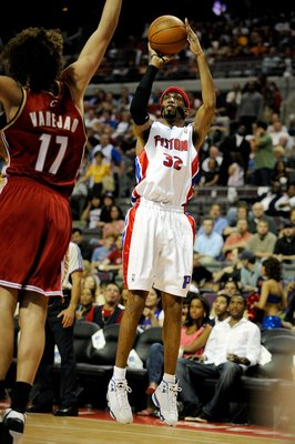 AUBURN HILLS, MI - APRIL 24:  Richard Hamilton #32 of the Detroit Pistons shoots over Anderson Varejao #17 of the Cleveland Cavaliers in Game Three of the Eastern Conference Quarterfinals during the 2009 NBA Playoffs at the Palace of Auburn Hills on April