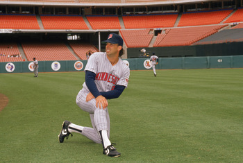 1990:  Gary Gaetti #8 of the Minnesota Twins stretches in practice before a game in the 1990 season.  (Photo by: Ken Levine/Getty Images)