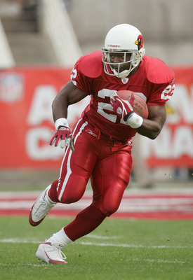 TEMPE, AZ - JANUARY 2:  Runningback Emmitt Smith #22 of the Arizona Cardinals carries the ball against the Tampa Bay Buccaneers at Sun Devil Stadium on January 2, 2005 in Tempe, Arizona. The Cardinals defeated the Buccaneers 12-7. (Photo by Jeff Gross/Get