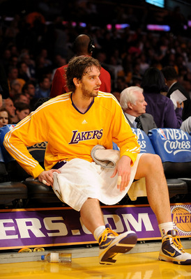 LOS ANGELES, CA - NOVEMBER 19:  Pau Gasol #16 of the Los Angeles Lakers rests on the bench during a timeout in the game against the Chicago Bulls on November 19, 2009 at Staples Center in Los Angeles, California. NOTE TO USER: User expressly acknowledges