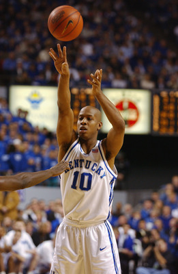 LEXINGTON, KY - DECEMBER 29:  Keith Bogans #10 of the Kentucky Wildcats shoots during the game against the Louisville Cardinals at Rupp Arena in Lexington, Kentucky on December 29, 2001.  The Wildcats won 82-62.   (Photo by Mark Lyons/Getty Images)