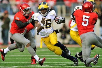 COLUMBUS, OH - NOVEMBER 27:  Quarterback Denard Robinson #16 of the Michigan Wolverines runs against the Ohio State Buckeyes at Ohio Stadium on November 27, 2010 in Columbus, Ohio. Robinson rushed for 105 yards in a 37-7 loss to Ohio State.   (Photo by Ja