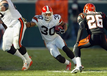 CINCINNATI-DECEMBER 28:  Jamel White #30 of the Cleveland Browns runs with the ball against the Cincinnati Bengals on December 28, 2003 at Paul Brown Stadium in Cincinnati, Ohio. The Browns won 22-14.(Photo by Andy Lyons/Getty Images)