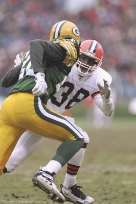 19 Nov 1995: Defensive back Antonio Langham of the Cleveland Browns prepares to hit Green Bay Packers defensive back Lenny McGill during a game at Cleveland Stadium in Cleveland, Ohio. The Packers won the game, 31-20.