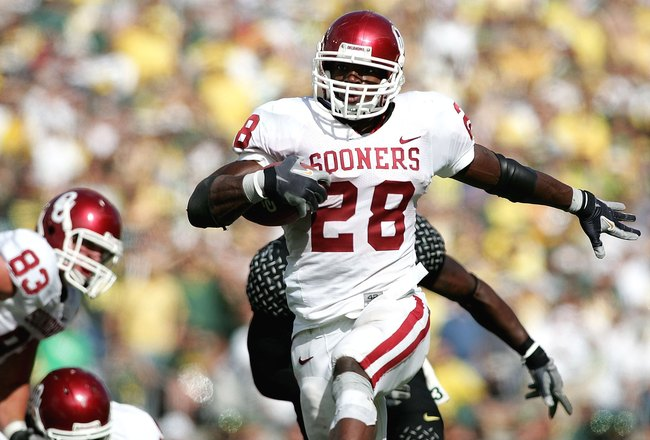 EUGENE, OR - SEPTEMBER 16:  Adrian Peterson #28 of the Oklahoma Sooners scores a touchdown against  the Oregon Ducks on September 16, 2006 at Autzen Stadium in Eugene, Oregon.  (Photo by Jonathan Ferrey/Getty Images)