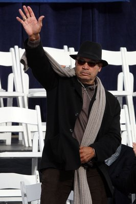 NEW YORK - NOVEMBER 06:  Baseball Hall of Famer Reggie Jackson  waves to the crowd during the New York Yankees World Series Victory Celebration at City Hall on November 6, 2009 in New York, New York.  (Photo by Jim McIsaac/Getty Images)