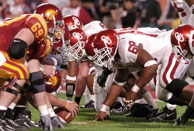 USC and Oklahoma line up during first half action at the FedEx Orange Bowl National Championship at Pro Player Stadium in Miami, Florida on January 4, 2005. USC beat Oklahoma 55-19. (Photo by A. Messerschmidt/Getty Images) *** Local Caption ***