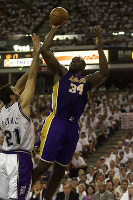 30 Apr 2000: Center Shaquille O''Neal #34 of the Los Angeles Lakers shoots over Vlade Divac of the Sacramento Kings during game 3 of the first round of the Western Conference NBA Playoffs at Arco Arena in Sacramento, California. DIGITAL IMAGE. Mandatory C