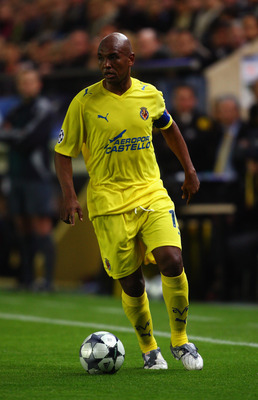 VILLARREAL, SPAIN - APRIL 07:  Marcos Senna of Villarreal during the UEFA Champions League quarter-final first leg match between Villarreal and Arsenal at the Madrigal Stadium on April 7, 2009 in Villarreal, Spain.  (Photo by Jamie McDonald/Getty Images)