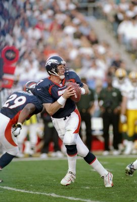 25 Jan 1998: John Elway #7 of the Denver Brocos in action against the Green Bay Packers during Super Bowl XXXII at Qualcomm Stadium in San Diego, California. The Denver Broncos defeated the Green Bay Packers 31-24.