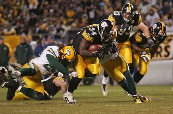 PITTSBURGH - DECEMBER 20: Rashard Mendenhall #34 of the Pittsburgh Steelers runs with the ball against the Green Bay Packers during the game on December 20, 2009 at Heinz Field in Pittsburgh, Pennsylvania. (Photo by Jared Wickerham/Getty Images)