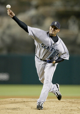 ANAHEIM, CA - SEPTEMBER 23:  Pitcher Freddy Garcia #34 of the Seattle Mariners throws a pitch against the Anaheim Angels during their game on September 23, 2003 at Edison Field in Anaheim, California.  (Photo by Jeff Gross/Getty Images)