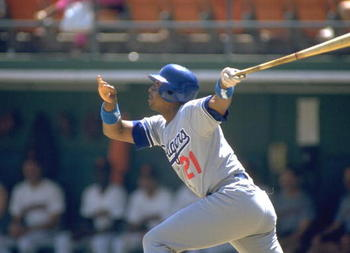 LOS ANGELES DODGERS OUTFIELDER HUBIE BROOKS MAKES CONTACT WITH A PITCH DURING THE DODGERS VERSUS SAN DIEGO PADRES GAME AT JACK MURPHY STADIUM IN SAN DIEGO, CALIFORNIA. MANDATORY CREDIT: STEPHEN DUNN/ALLSPOR