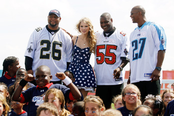 NEW ORLEANS - SEPTEMBER 08:  From left, Deuce McAllister, Taylor Swift, Derrick Brooks, and Eddie George pose for a photo during the NFL�s Play 60 campaign to fight childhood obesity on September 8, 2010 in New Orleans, Louisiana.  (Photo by Chris Graythe