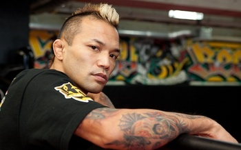 KID Yamamoto Risks His Life to Save Injured Man at Subway Station