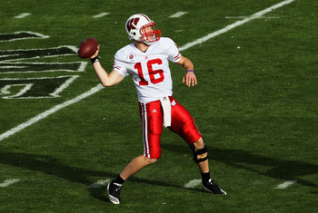 PASADENA, CA - JANUARY 01:  Quarterback Scott Tolzien #16 of the Wisconsin Badgers looks to pass the ball against the TCU Horned Frogs during the 97th Rose Bowl game on January 1, 2011 in Pasadena, California.  (Photo by Stephen Dunn/Getty Images)