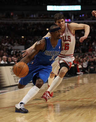 CHICAGO, IL - JANUARY 20: Jason Terry #31 of the Dallas Mavericks drives past Kyle Korver #26 of the Chicago Bulls at the United Center on January 20, 2011 in Chicago, Illinois. The Bulls defeated the Mavericks 82-77. NOTE TO USER: User expressly acknowle