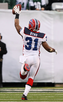 EAST RUTHERFORD, NJ - JANUARY 02:  Jairus Byrd #31 runs for a touchdown after intercepting a pass intended for Joe McKnight #25 of the New York Jets at New Meadowlands Stadium on January 2, 2011 in East Rutherford, New Jersey.  (Photo by Al Bello/Getty Im