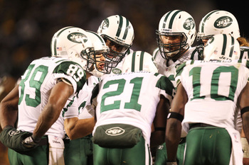 PITTSBURGH, PA - JANUARY 23:  The New York Jets huddle around Mark Sanchez #6 during their 2011 AFC Championship game against the Pittsburgh Steelers at Heinz Field on January 23, 2011 in Pittsburgh, Pennsylvania.  (Photo by Ronald Martinez/Getty Images)