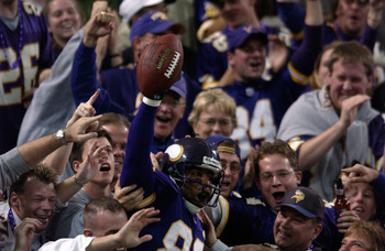 21 Oct 2001:  Cris Carter of the Minnesota Vikings celebrates a touchdown against the Green Bay Packers during the game at the Hubert H. Humphrey Metrodome in Minneapolis, Minnesota . The Vikings won 35-13. DIGITAL IMAGE. Mandatory Credit: Elsa/Allsport
