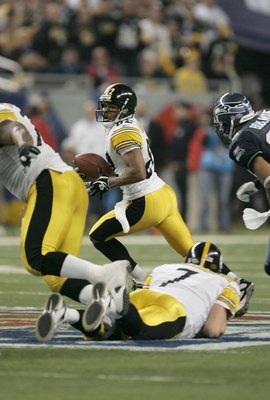 DETROIT - FEBRUARY 05:  Wide receiver Antwaan Randle El #82 scrambles to throw a touchdown pass to wide receiver Hines Ward #86 of the Pittsburgh Steelers in the fourth quarter against the Seattle Seahawks in Super Bowl XL at Ford Field on February 5, 200